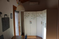 Armadio e climatizzatore a Villa Madi