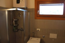 Box doccia e finestra del bagno di Villa Madi