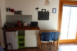 Frigo e zona cucina a Villa Madi