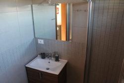 Lavandino e specchio nel bagno privato di Villa Madi