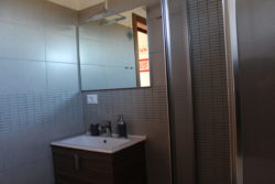 Lavandino e specchio a Villa Madi